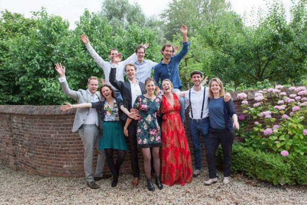groepsfoto tijdens huwelijk, huwelijksreportage, trouwfoto, vrienden, groepsfoto