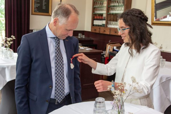 trouwfotograaf, huwelijksfotograaf, corsages opdoen, Amelisweerd