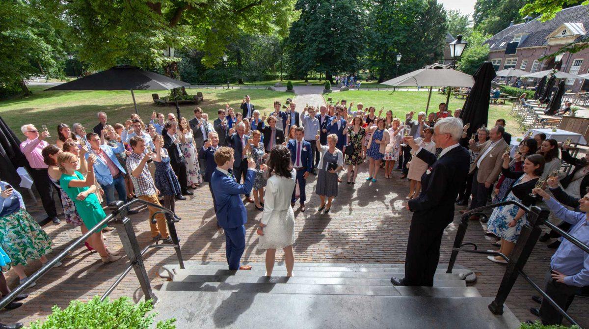 trouwfotografie, Amelisweerd, huwelijksfotograaf, toast op het bruidspaar