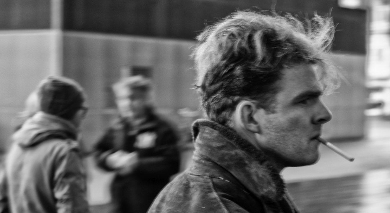straatfotografie, portret, retro, man met sigaret