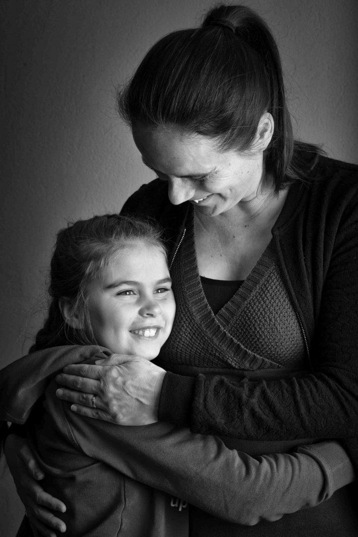 portretfoto moeder en dochter, fotoshoot, studioportret, zwart-wit