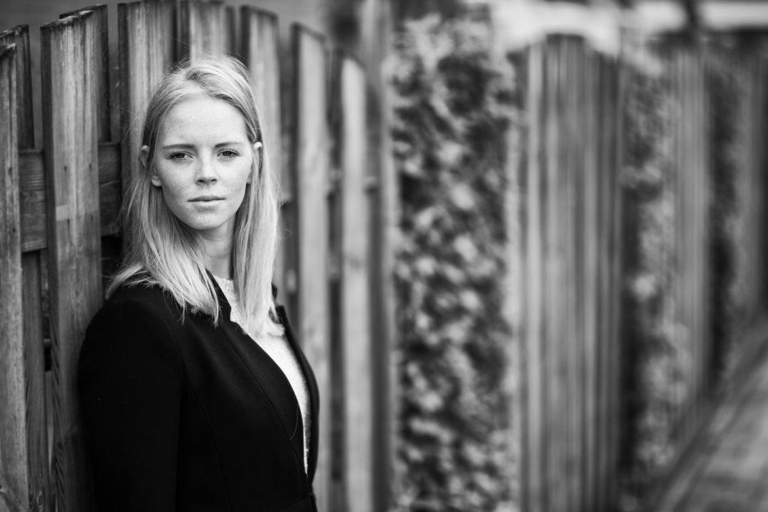 fotoshoot jonge vrouw, zwart-wit, portretfoto, buiten
