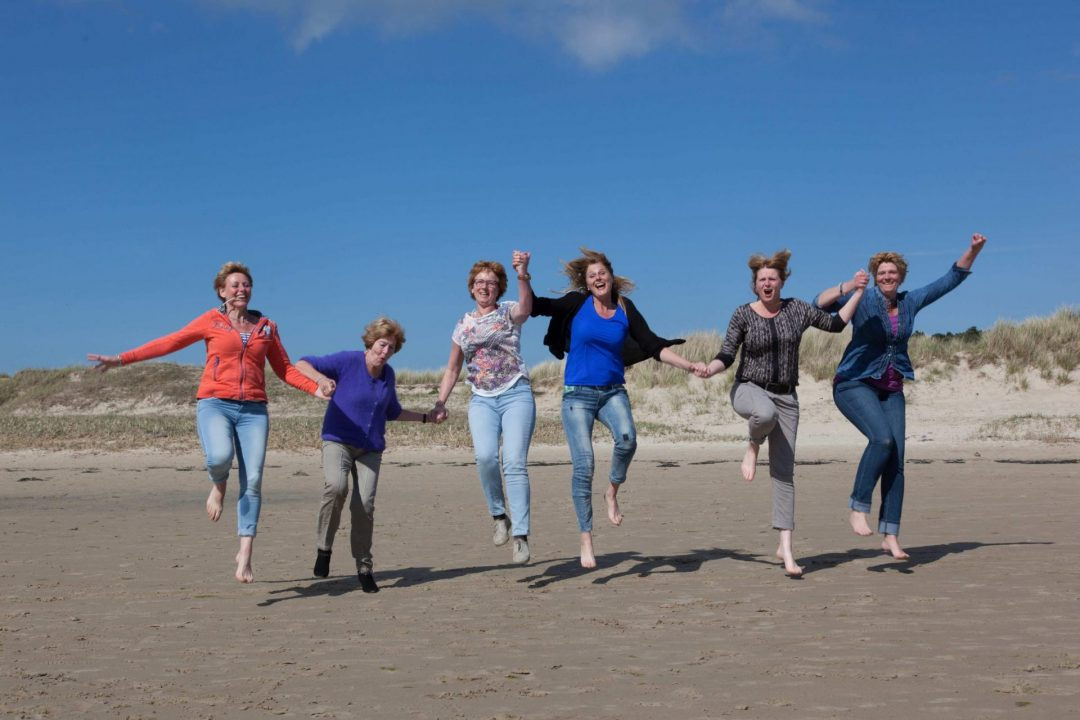 groepsfoto op het strand, familiefoto, portretfotograaf