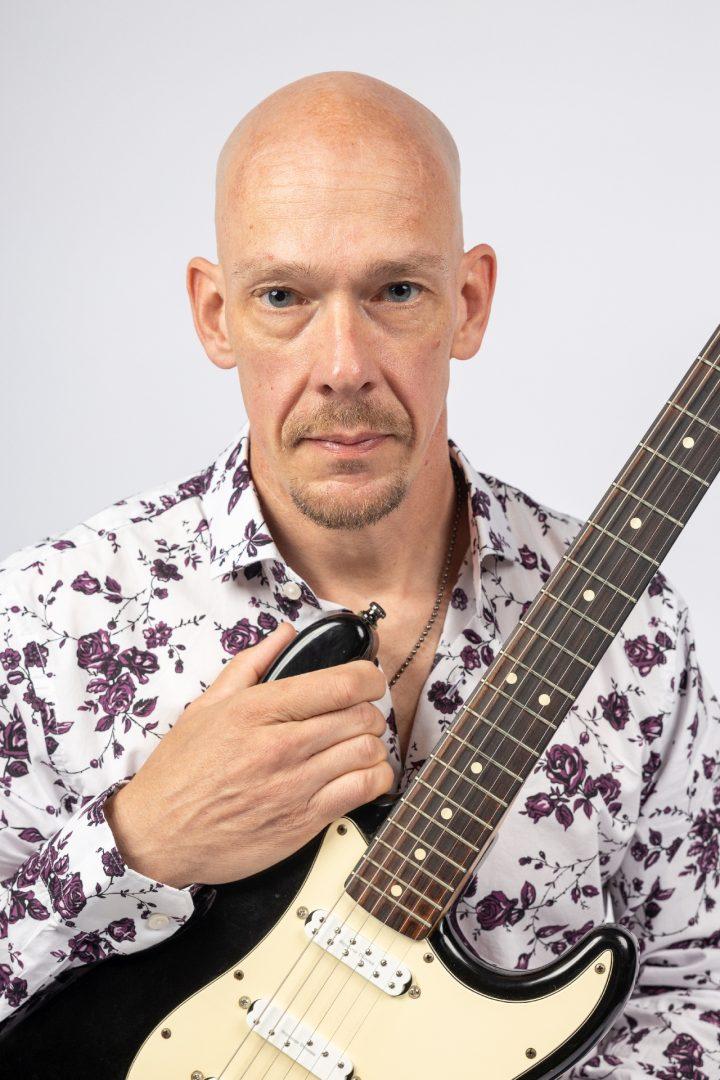 portretfoto van gitarist, fotostudio, portretfotograaf