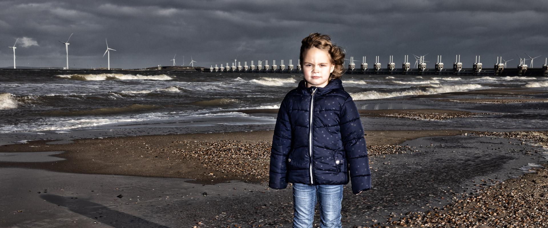fotoshoot op strand bij Kamperkland, Oosterscheldedam, flits, portretfoto, fotograaf