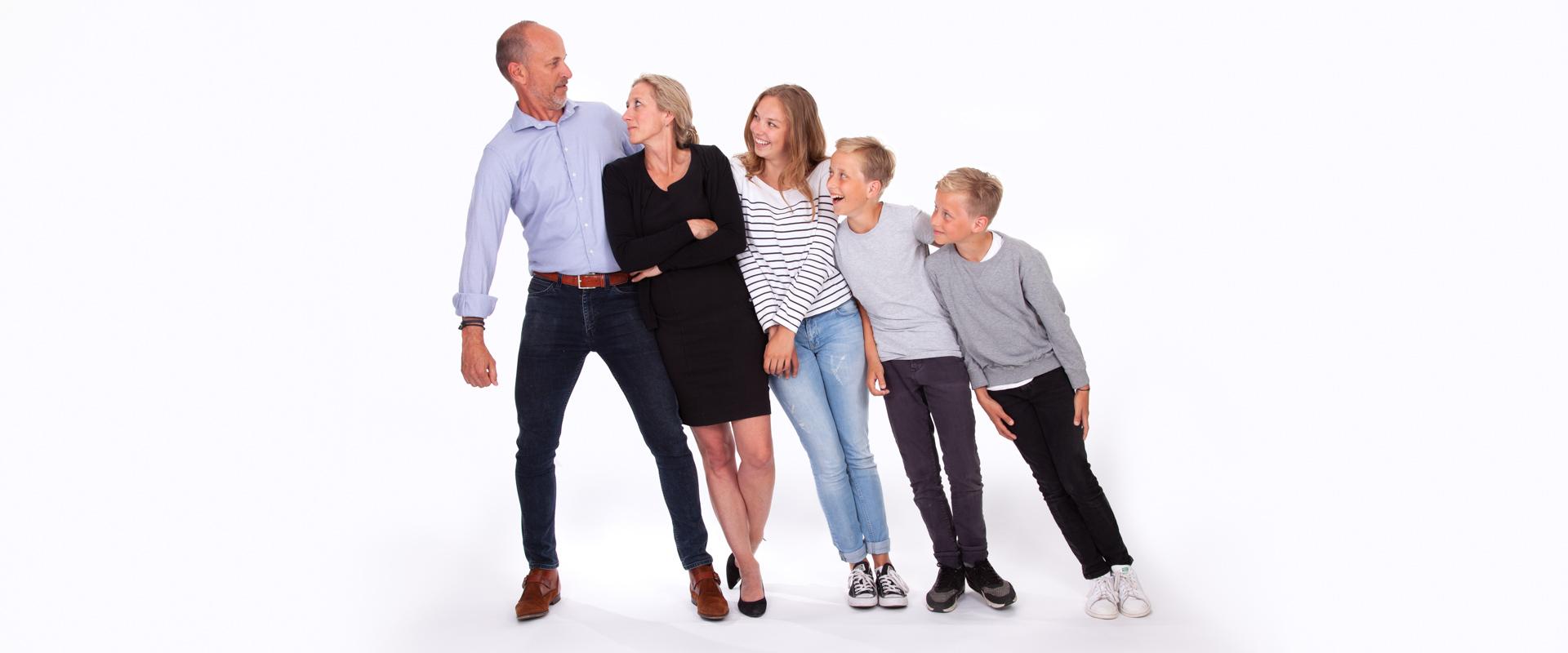 familieshoot, portretfotografie, gezinsfoto, ontspannen, fotoshoot, portret in studio