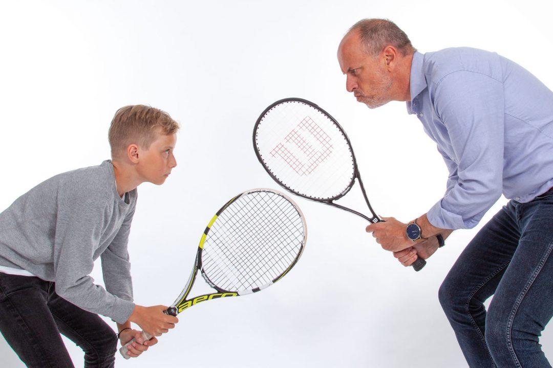 foto van vader en zoon, fotoshoot, gezinsfoto, studioportret, tennis