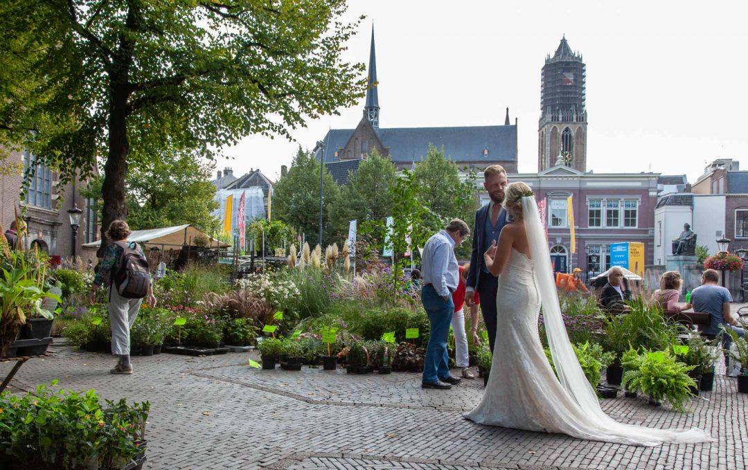 huwelijksreportage, trouwfotograaf, bruidsfotograaf, bruid en bruidegom in Utrecht, markt in Utrecht
