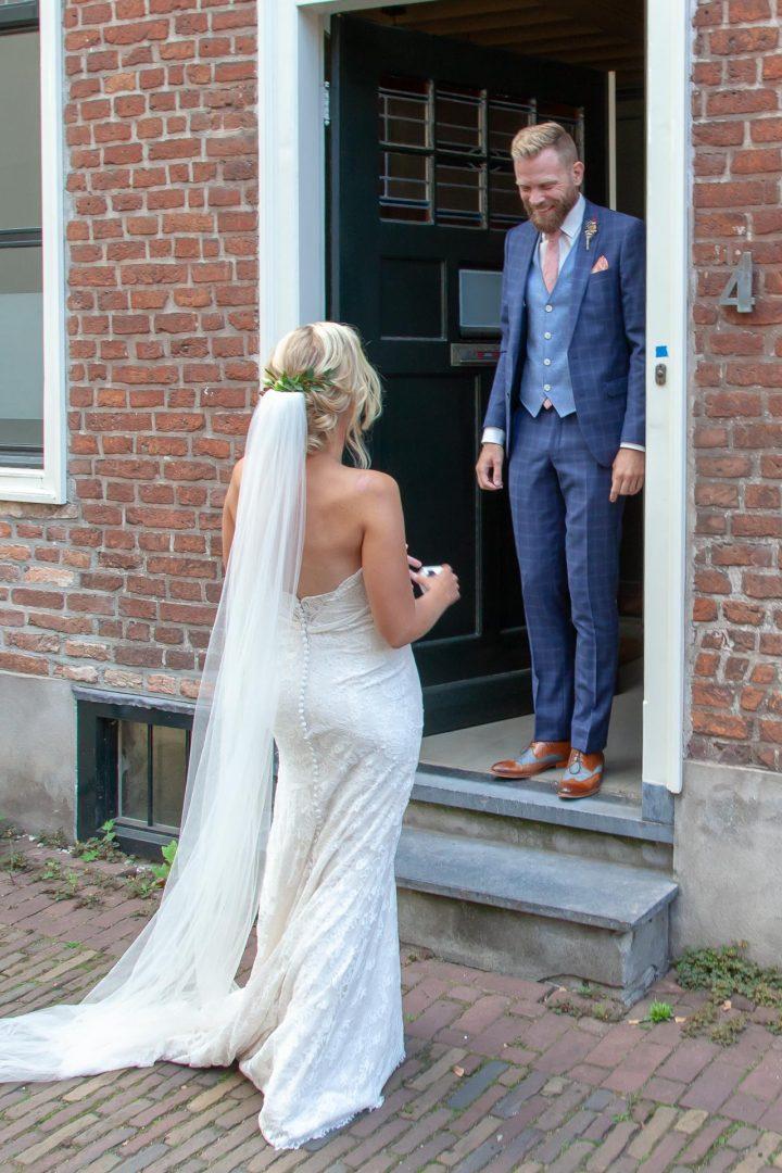 daar is de bruid, wat is ze mooi, trouwreportage, huwelijksfoto, foto, bruidsfoto, fotograaf
