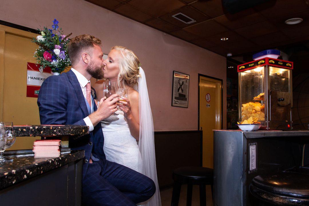de kus, huwelijk, bruid en bruidegom, trouwreportage, professionele trouwfotos