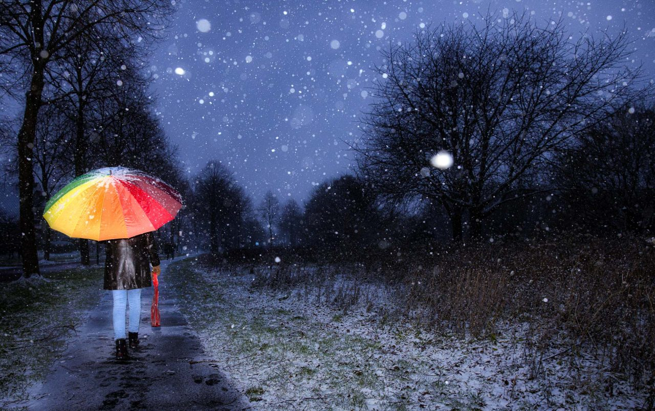 sneeuw in de avond, paraplu geflitst buiten, straatfotografie Houten