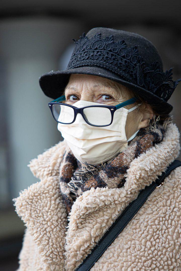 straatfotografie in Houten, dame met mondkapje, ontmoeting tijdens Corona-wandeling, portret