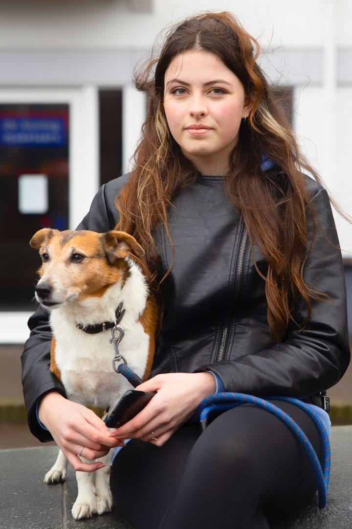 straatfotografie in Houten, jonge vrouw met hond, ontmoeting tijdens Corona-wandeling