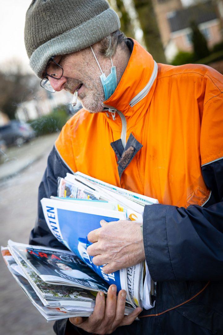straatfotografie in Houten, corona wandeling, postbode, PostNL, mondkapkje