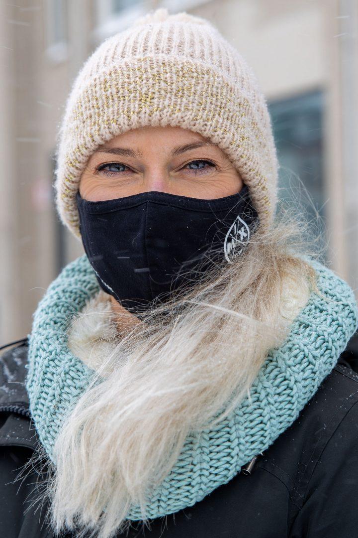 ontmoeting tijdens Corona-wandeling in de sneeuw, Mooie vrouw met mondkapje, straatfotografie in Houten