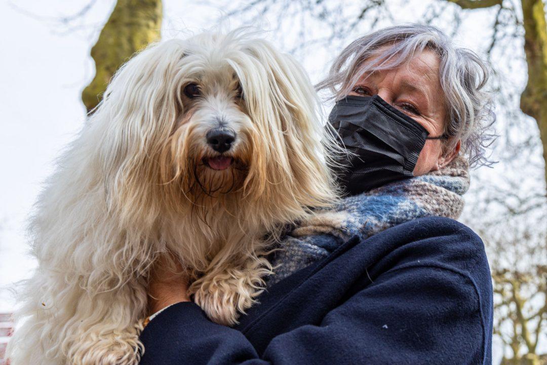 straatfotografie - vrouw met mondkapje en hond, portretfotograaf, fotografie in Houten