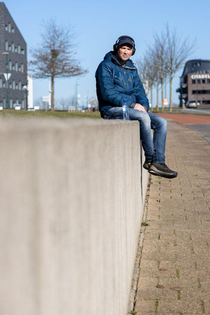 Ontmoeting in Houten - man op muurtje, straatfotografie