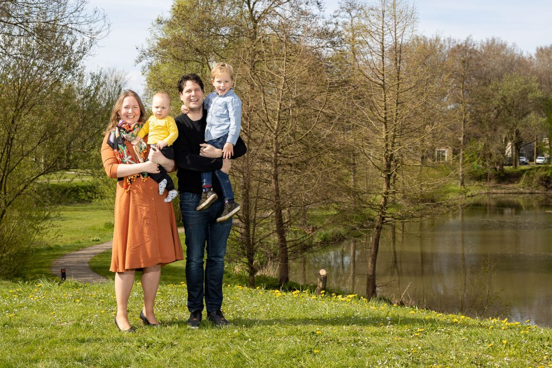 the making of Coronaproof groepsfoto, familiefoto, volledig veilig buiten gemaakt